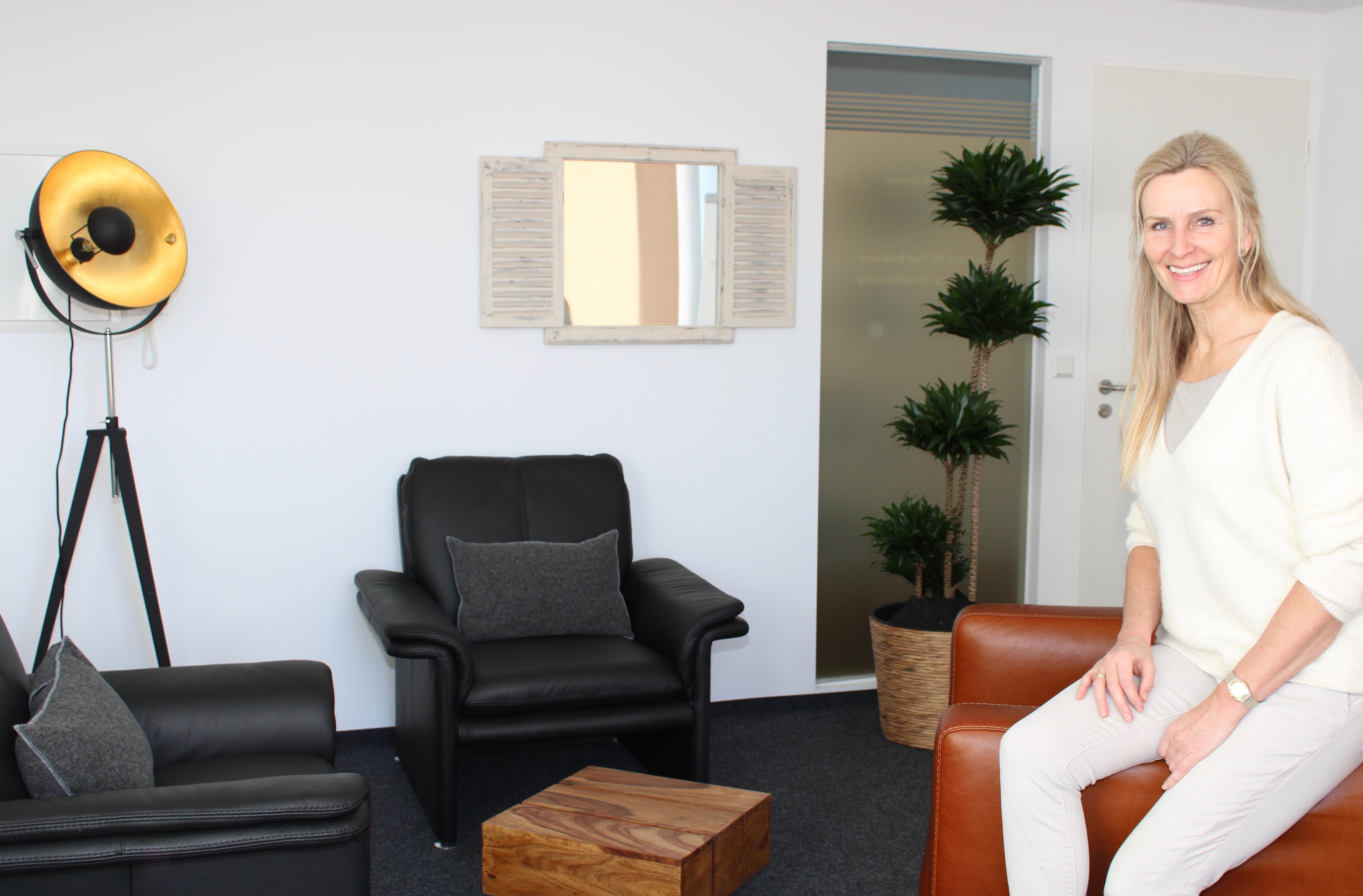 Iris Thiel-Brokmann in ihrem Beratungsraum in Langenargen am Bodensee
